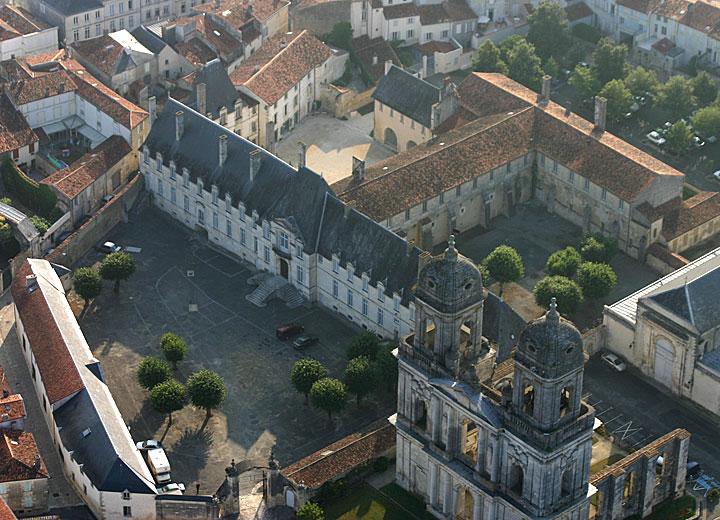 Abbaye royale de saint jean d 39 ang ly france accr association des centres culturels de - Piscine atlantys st jean d angely ...